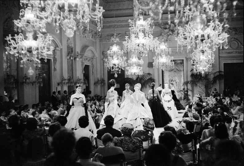Fashion show in Sala Bianca (1955).