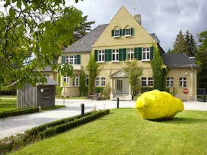 Haus am Waldsee. Artwork: 'Outspan' (2008), Tony Cragg