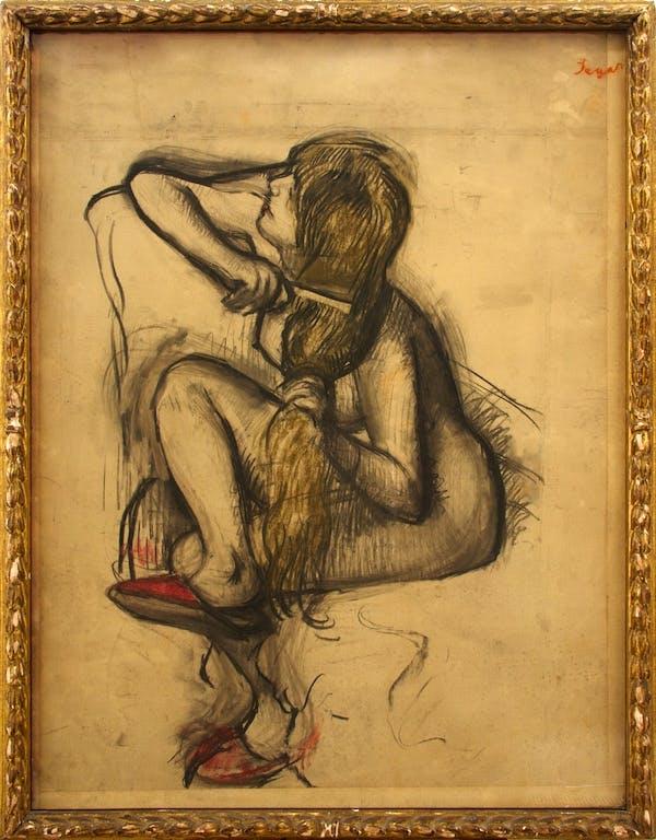 Femme se peignant