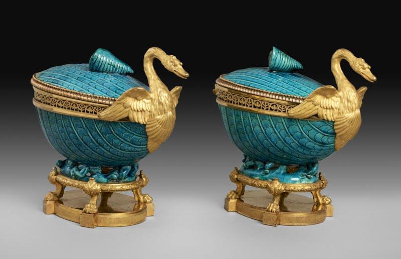 Two pot-pourri vases (c. 1770−75), gilt bronze by Pierre Gouthière, Chinese hard-paste porcelain, 18th century. Musée du Louvre, Paris; photo: RMN-Grand Palais / Art Resource, NY