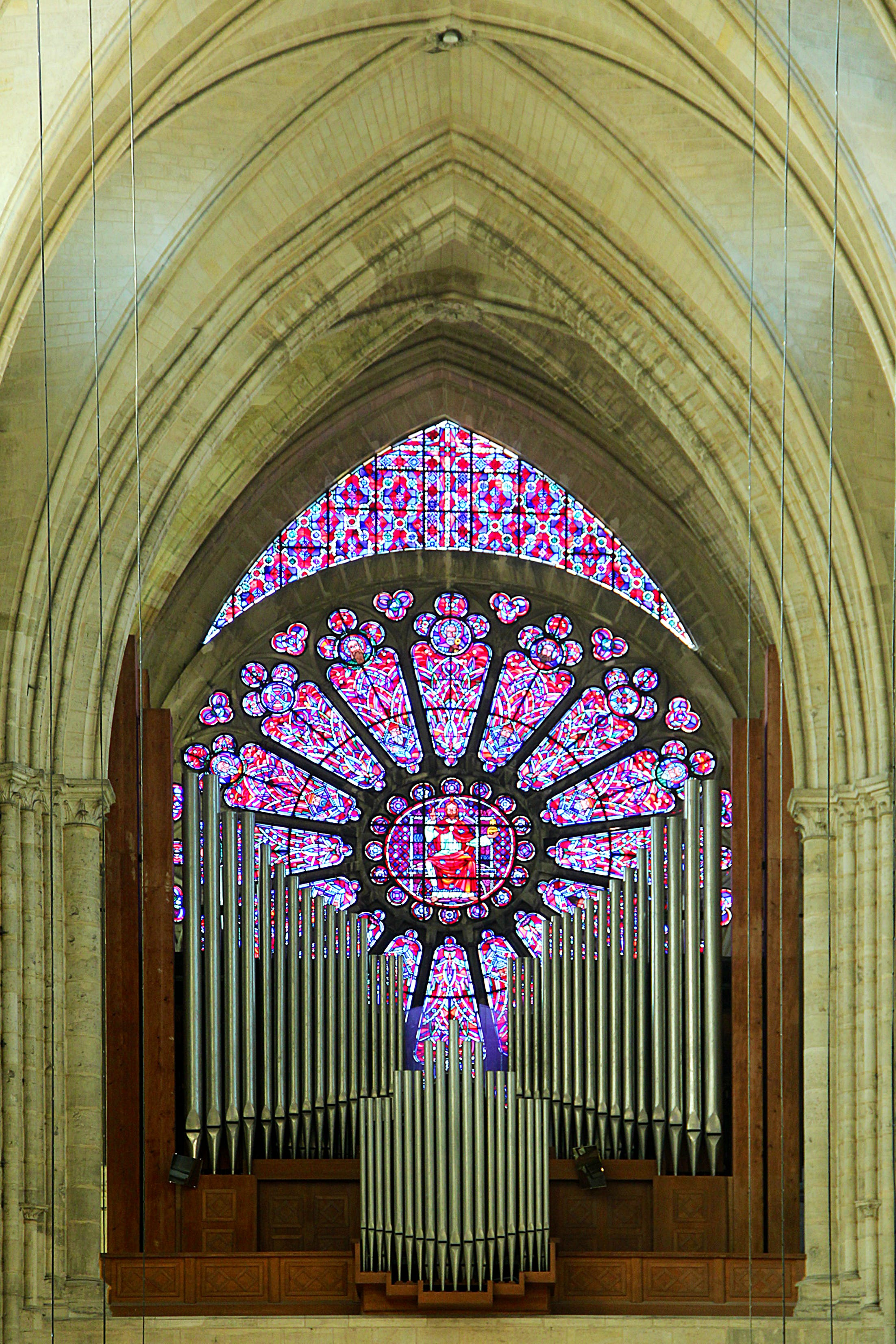 The great organ and west rose window of Soissons Cathedral. Wikimedia Commons