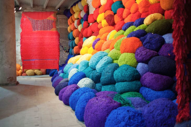 Scalata al di la dei terreni cromatici / Escalade Beyond Chromatic Lands (2016–17), Sheila Hicks. Photo: Italo Rondinella, courtesy La Biennale di Venezia