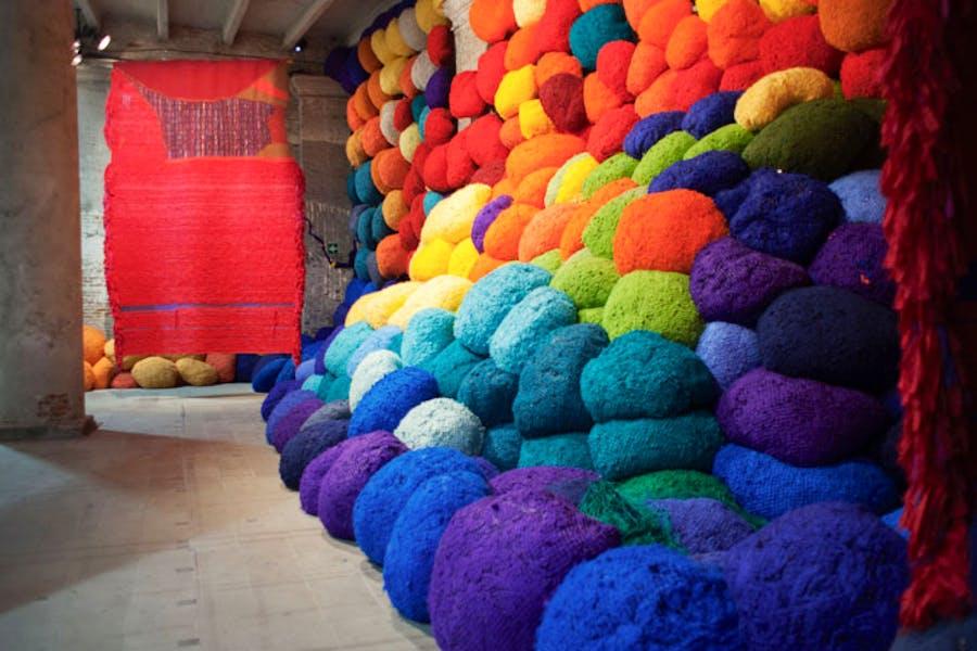Scalata al di la dei terreni cromatici / Escalade Beyond Chromatic Lands (2016–17), Sheila Hicks. Photo: Italo Rondinella, courtesy La Biennale di Venezia