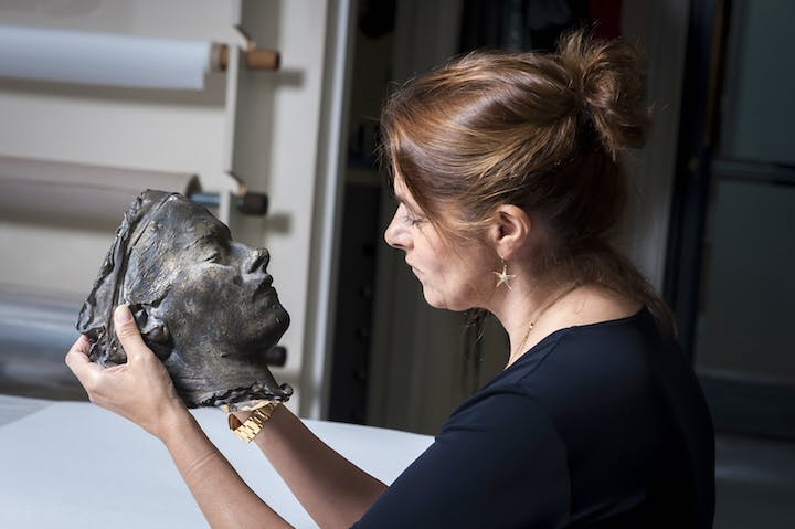 Tracey Emin photographed with her Death Mask (2002) at the National Portrait Gallery in 2017. © Tracey Emin/National Portrait Gallery, London; Photo: © Jorge Herrera