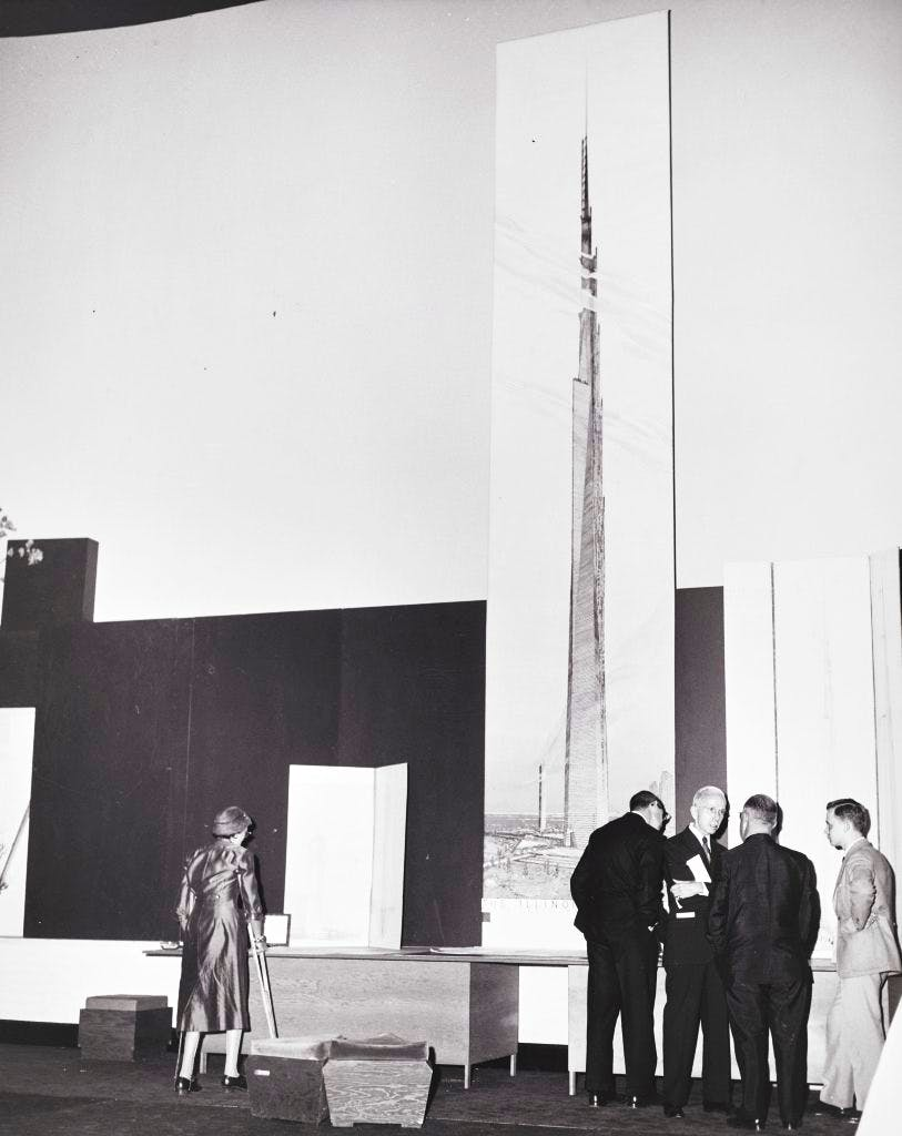 Frank Lloyd Wright unveiling the 6.7m-high visualisation of The Mile-High Illinois at a press conference in Chicago, 16 October 1956. The Frank Lloyd Wright Foundation Archives, New York