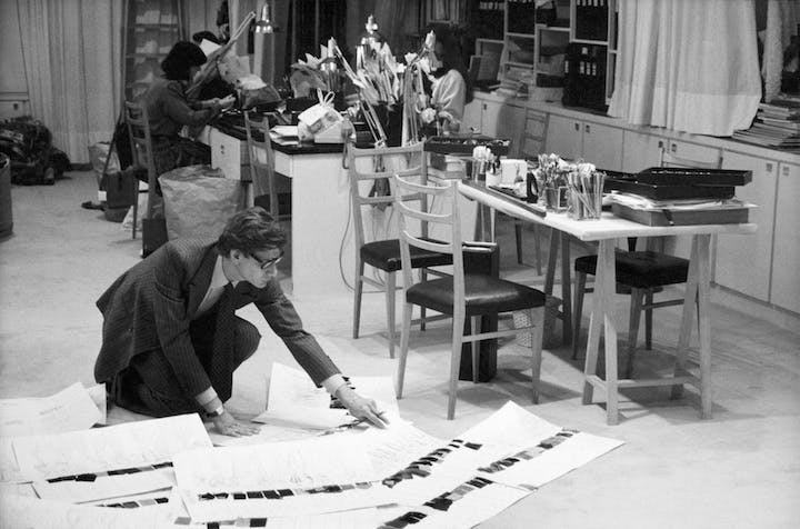 Yves Saint Laurent in the studio, 1986. © DR