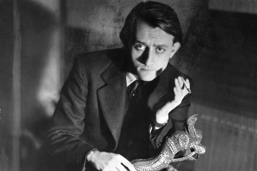 Andre Malraux holding a Khmer sculpture, Photo: © Bettmann/Getty Images
