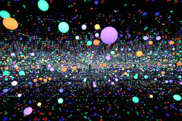 Infinity Mirrored Room – Brilliance of the Souls (2014) Yayoi Kusama. © Yayoi Kusama, Courtesy of Ota Fine Arts, Tokyo/ Singapore