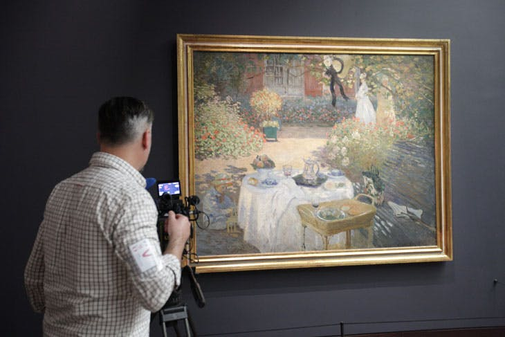 Robin Fox filming work at the Musée d'Orsay for Great Art (dir. David Bickerstaff)