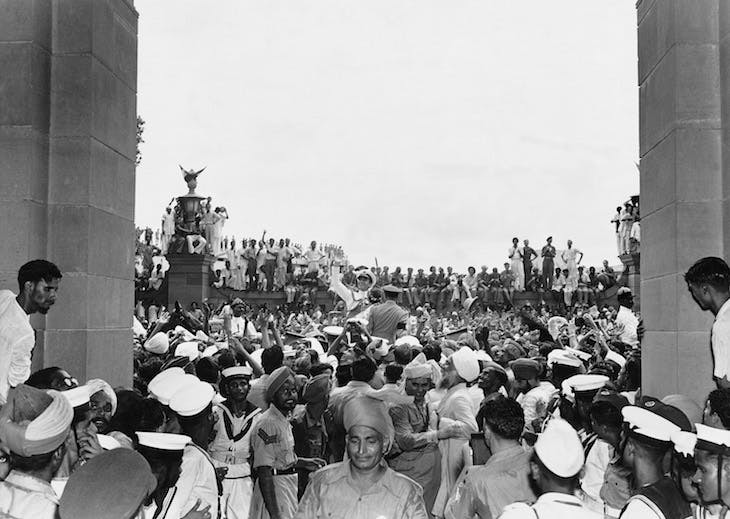 Lord Mountbatten among jubilant crowds outside the Parliament House, Delhi, 15 August 1947 (1947), Homai Vyarawalla.