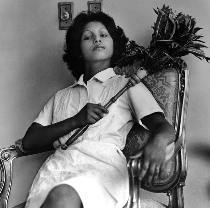 Edita (la del plumero), Panamá (Edita [the one with the feather duster], Panama) (1977), from the series 'La servidumbre' (Servitude), 1978–79.