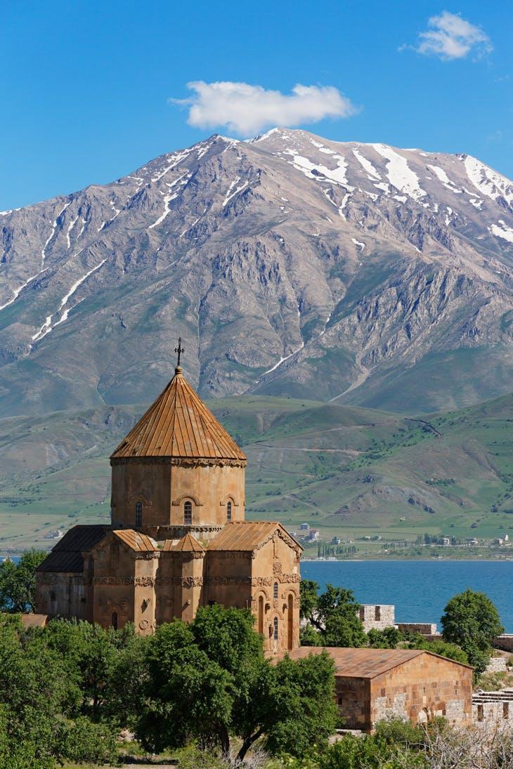 The Church of the Holy Cross, built 915–921, on Aght'amar Island, Lake Van, Turkey (photo: 2004), photo: ImageBROKER/Alamy Stock Photos