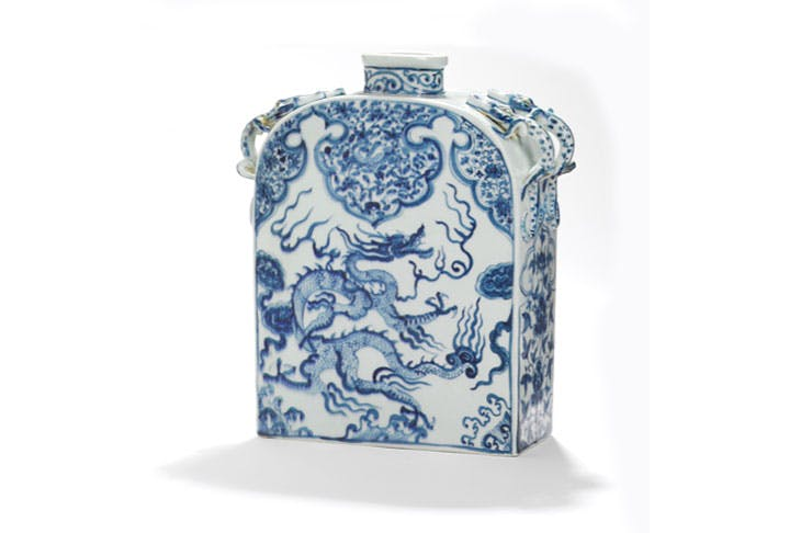 A Chinese porcelain flask decorated in blue moulded with four dragon handles on the neck and decorated with dragon and design, Yuan dynasty (1280–1368). Bruun Rasmussen Auctioneers