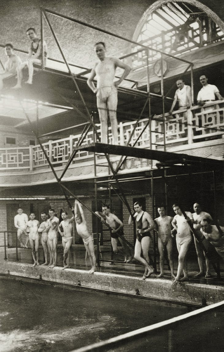 Bathers posing at the swimming pool in Roubaix (photograph taken in the 1930s)