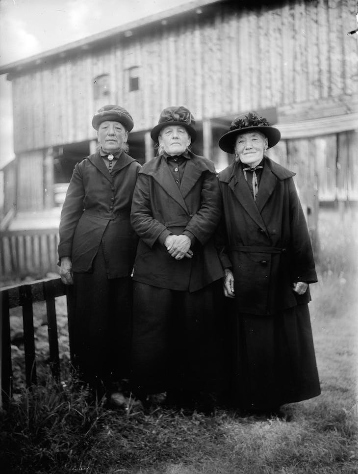 Margreth, Dorothe and Elsbeth Rüesch in front of the barn next to Wildbodenhaus, Kirchner