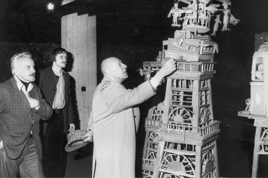 Jean Dubuffet in front of a sculpture by Émile Ratier at the Collection de l'Art Brut in Lausanne, in February 1976. Photo: Jean-Jacques Laesar; Archives de la Collection de l'Art Brut, Lausanne