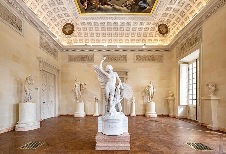 The Salles des Statues at the Musée des Beaux-Arts de Dijon. In the centre is Hebe and the Eagle of Jupiter (1847–55) by François Rude