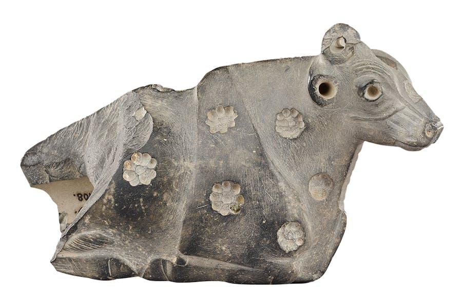 Reclining cow, Jemdet Nasr period, 3300–3000 BC, Uruk, Iraq. Vorderasiatisches Museum, Berlin, Photo: Olaf M. Tessmer; © Staatliche Museen zu Berlin, Vorderasiatisches Museen