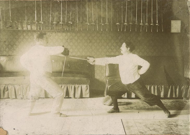 Alfred Jarry (right) fencing with Félix Blaviel in Laval in 1906.