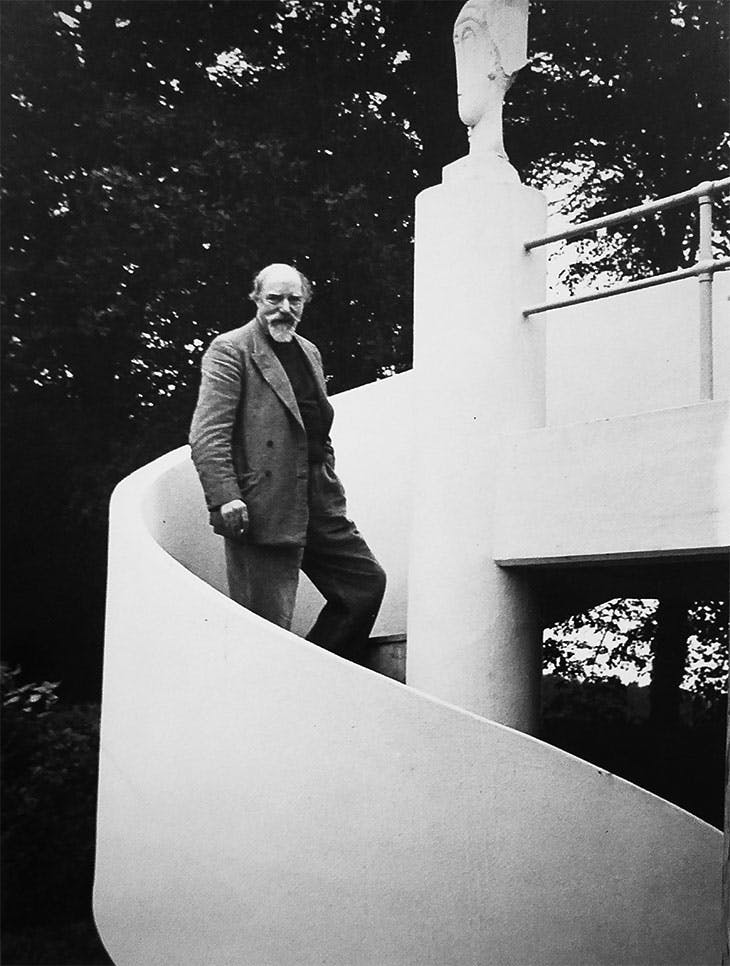 Augustus John outside his studio designed by Christopher Nicholson (photographed in 1937 by Howard Coster).