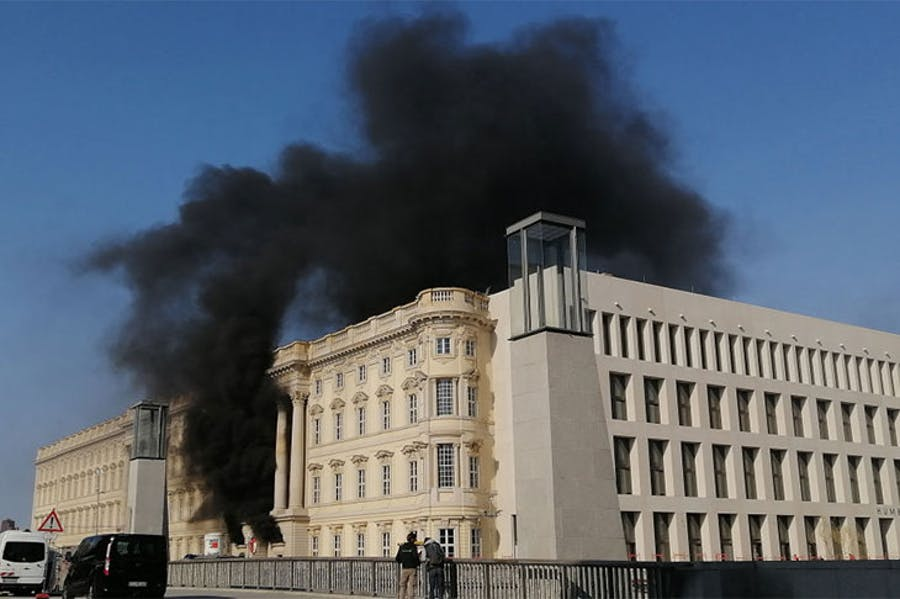Smoke at the site of the Humboldt Forum construction site on the morning of 8 April 2020