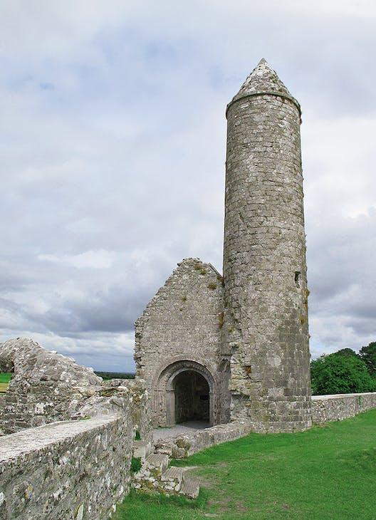 Temple Finghín & McCarthy's Tower, Clonmacnoise