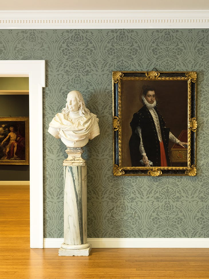 On the left is a marble bust of Ferdinando de' Medici (c. 1685) by the school of Giovan Battista Foggini; on the right hangs Portrait of Lucrezia Bentivoglio Leoni (1589) by Ludovico Carracci (1555–1619)