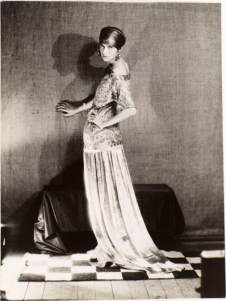 Peggy Guggenheim dans un robe de Poiret (1924), Man Ray.