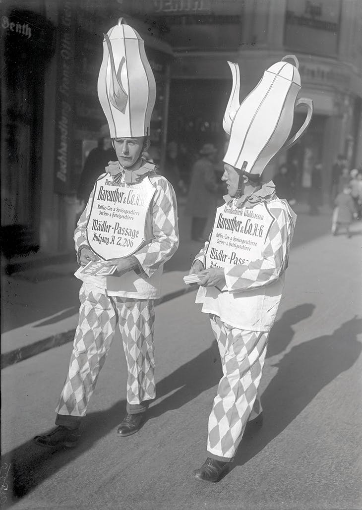 Salesmen from the porcelain manufactory Bareuther & Co. at the Leipzig fair, 1920s