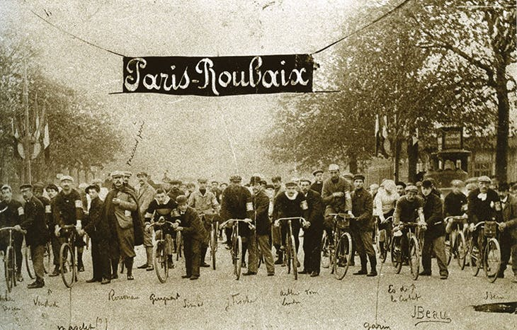 The starting line at Porte Maillot for the Paris-Roubaix race in 1897