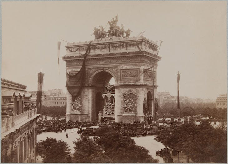 Officials gathering beneath the Arc de Triomphe at the funeral of Victor Hugo (1 June 1885), anonymous photographer.