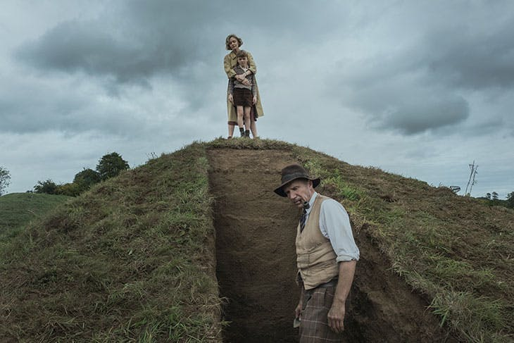 Carey Mulligan as Edith Pretty and Ralph Fiennes as Basil Brown in The Dig (dir. Simon Stone).