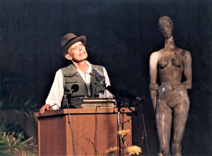 Joseph Beuys in 1986 accepting the Wilhelm Lehmbruck prize at the Lehmbruck Museum, Duigsburg.