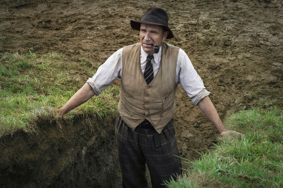 Ralph Fiennes as the archaeologist Basil Brown in 'The Dig' (2021). Photo: LARRY HORRICKS/NETFLIX © 2021