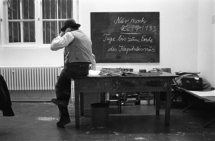 Joseph Beuys at the 1st Jour Fixe in 1981 in Düsseldorf. Fotoarchiv Ruhr Museum.