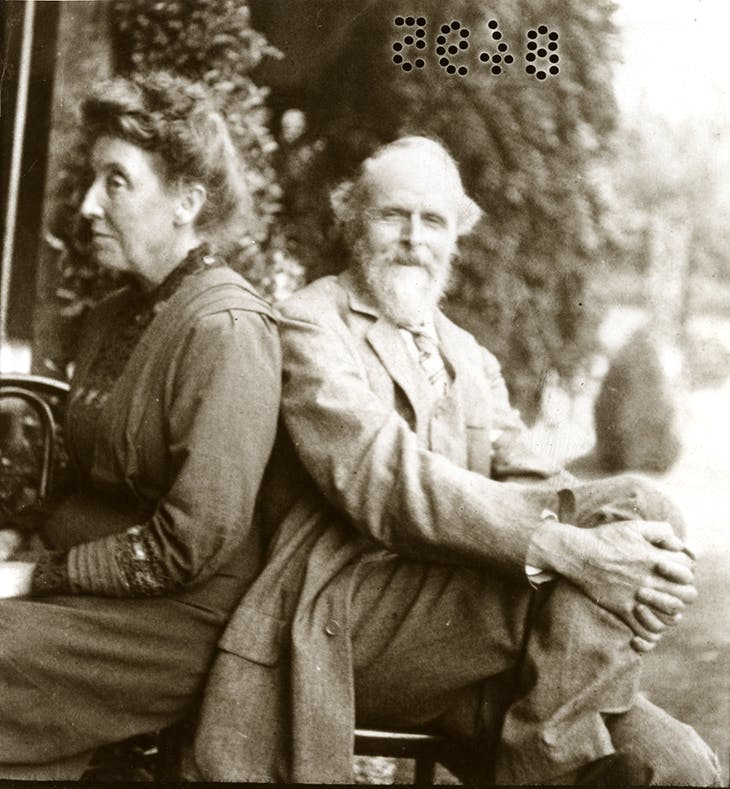 Evelyn de Morgan with her husband William (c. 1900)